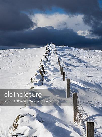 plainpicture - plainpicture p871m1583784 - Snow drifts on the hills ab... - plainpicture/robertharding/George Robertson