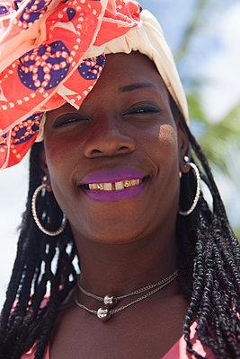 Freundliche Afrikanerin mit Turban - p045m1582852 von Jasmin Sander