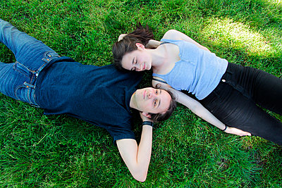 Paar entspannt im Park - p258m1444961 von Katarzyna Sonnewend