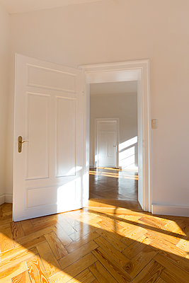 Spacious empty flat with herringbone parquet - p300m1449359 by Christina Falkenberg