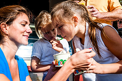 Family having ice cream at an ice cream parlor - p300m2143563 by Ega Birk