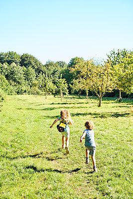 Spielende Kinder - p890m1165089 von Mielek