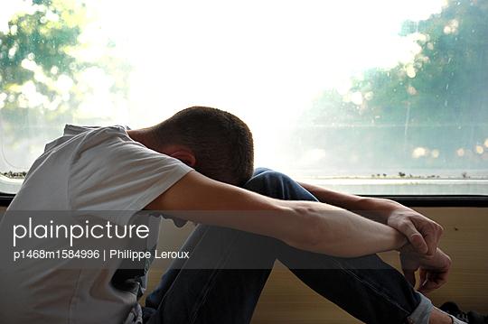 Jugendlicher deprimiert in seinem Wohnwagen - p1468m1584996 von Philippe Leroux