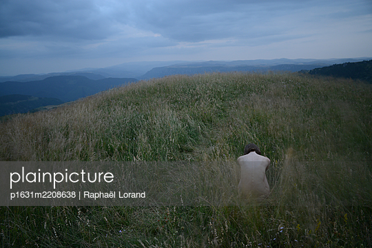 Woman sitting on the grass - p1631m2208638 by Raphaël Lorand
