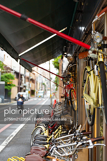 Bike rental in Kyoto - p756m2122654 by Bénédicte Lassalle