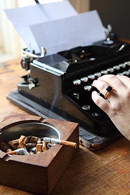 Schriftstellerin bei der Arbeit - p045m852397 von Jasmin Sander