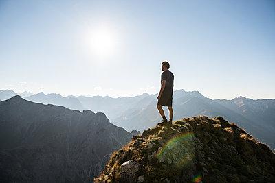 Junger Wanderer genießt die Aussicht  - p1142m2056562 von Frithjof Kjer