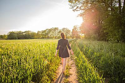 Junge Frau im Sommerkleid - p1396m1442039 von Hartmann + Beese
