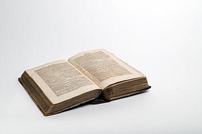Vergilbtes Buch - p345m1200414 von Rainer Gollmer