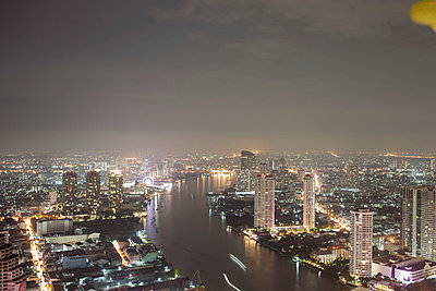Bangkok at night - p586m859165 by Kniel Synnatzschke