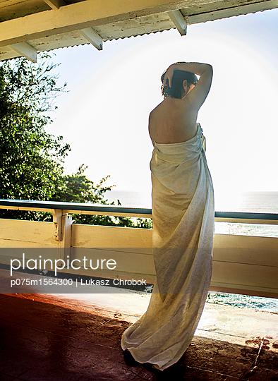 Frau auf der Terrasse eines Hotel - p075m1564300 von Lukasz Chrobok