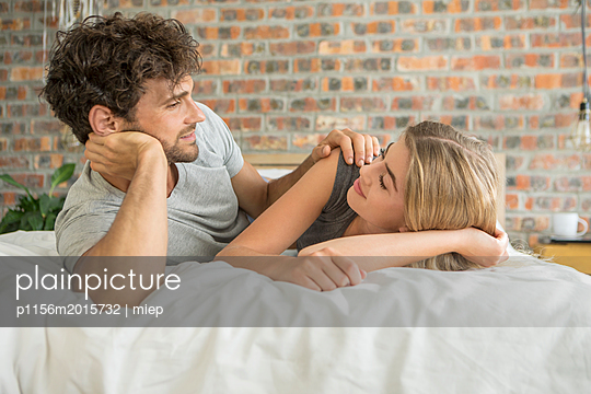 Paar im Bett - p1156m2015732 von miep