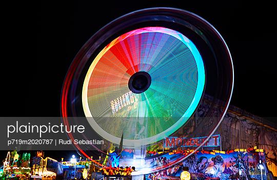 Rotierendes Karussell bei Nacht - p719m2020787 von Rudi Sebastian