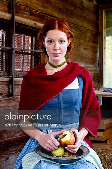 Frau in einer Holzhütte - p787m1158740 von Forster-Martin