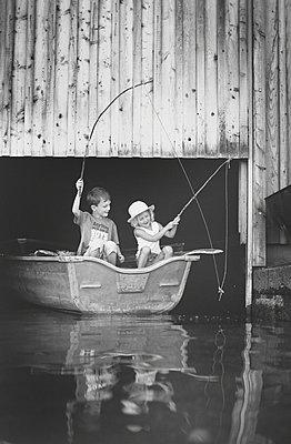 Kinder beim Angeln - p1136m938625 von Sabine Lewandowski