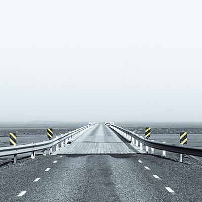 Straight country road with crash barriers, Iceland - p1624m2195934 by Gabriela Torres Ruiz