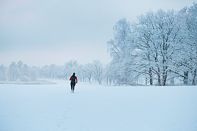Woman jogging at winter - p312m2139679 by Hans Berggren