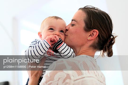 Mutter herzt Baby - p1258m1158890 von Peter Hamel