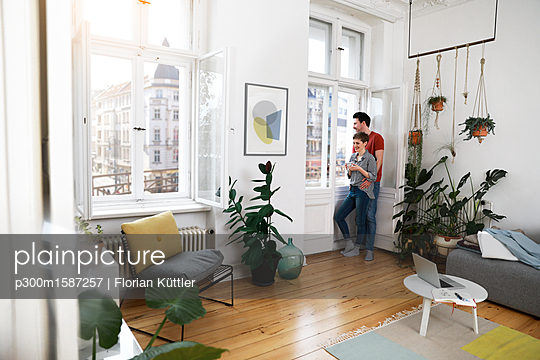 plainpicture - plainpicture p300m1587257 - Relaxed couple standing at ... - plainpicture/Westend61/Florian Küttler
