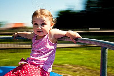 Kind auf Spielplatz - p1386m1441767 von beesch
