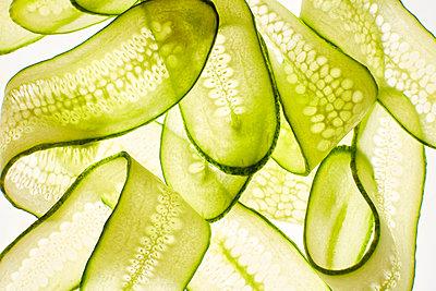 Thin cucumber slices - p300m2070356 by Kai Schwabe