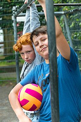 Junge und Mädchen mit einem Fußball - p427m1465598 von R. Mohr