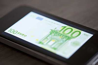 Smartphone displaying image of one-hundred euro banknote - p623m923111f by Gabriel Sanchez