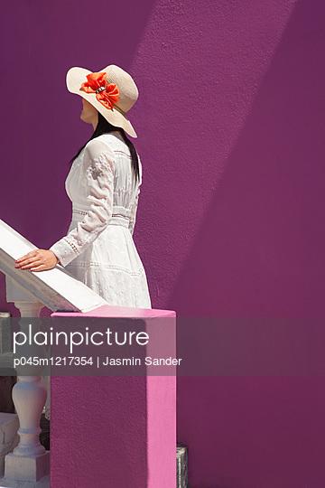 Frau auf Treppe - p045m1217354 von Jasmin Sander
