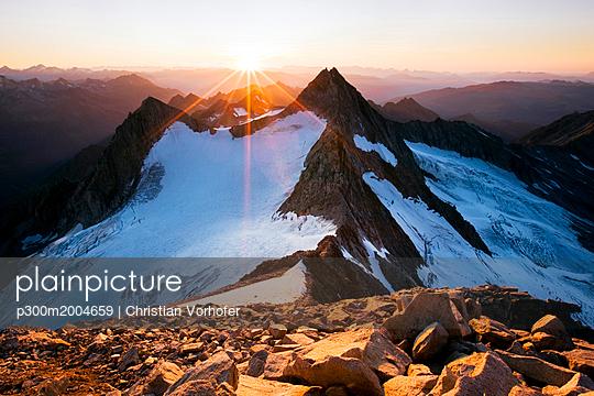 Austria, Tyrol, Zillertal Alps, View from Reichenspitze, glaciated mountains at sunset, Wildgerlos Valley, High Tauern National Park - p300m2004659 von Christian Vorhofer