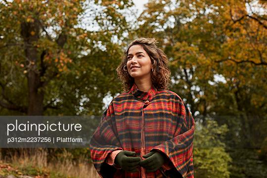 Smiling woman looking away - p312m2237256 by Plattform