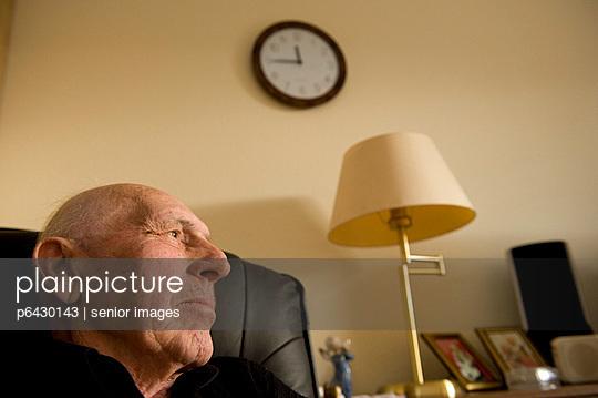 Senior sitzt im Sessel  - p6430143 von senior images