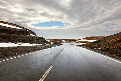 Country road in barren landscape, Norway - p1168m2205452 by Thomas Günther