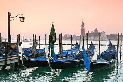 Italy, Venice, gondolas in front of San Giorgio Maggiore - p300m2005423 by Raul Podadera Sanz