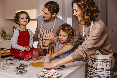 Family preparing Christmas cookies in kitchen - p300m2155585 by Mareen Fischinger