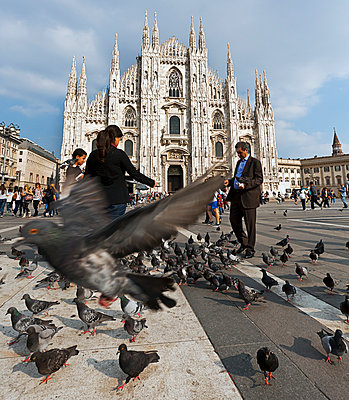Milan Cathedral with people feeding birds in the foreground; Milano, Italy - p442m961641 by Rocco Macri