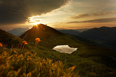 Mountain landscape at sunset - p704m1476476 by Daniel Roos