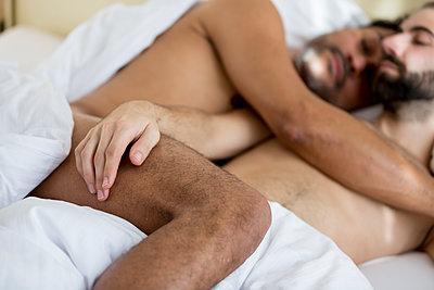 Schwules Paar im Schlafzimmer - p787m2115278 von Forster-Martin