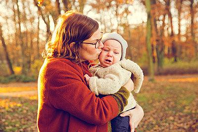 Herbstspaziergang, Mutter mit Kind - p904m1193462 von Stefanie Päffgen