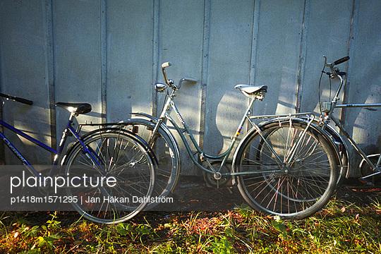 Angelehnte Fahrräder - p1418m1571295 von Jan Håkan Dahlström