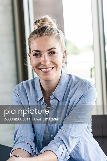 Portrait of a smiling young businesswoman - p300m2005311 von Uwe Umstätter