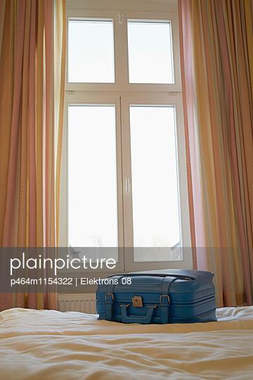 Koffer im Hotel Zimmer - p464m1154322 von Elektrons 08