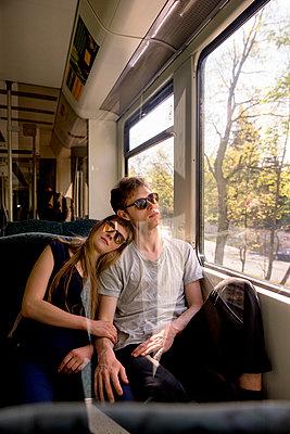 Junges Paar in der Bahn - Einschlafen - Reflexion - p1212m1138832 von harry + lidy