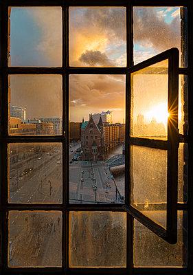 Blick durch ein altes Eisenfenster auf die Speicherstadt - p1696m2296502 von Alexander Schönberg