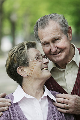Germany, Cologne, Senior couple in park, smiling - p300m2207228 by Jan Tepass