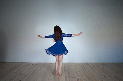 Dancing - p427m1082434 by Ralf Mohr