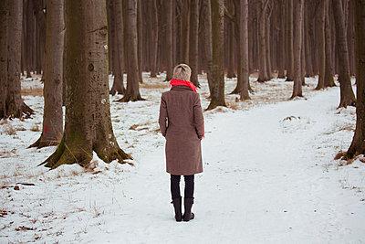 Nachdenkliche Frau im Wald - p432m779066 von mia takahara