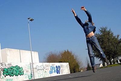 Junge spielt in der Stadt - p567m667731 von AURELIAJAEGER