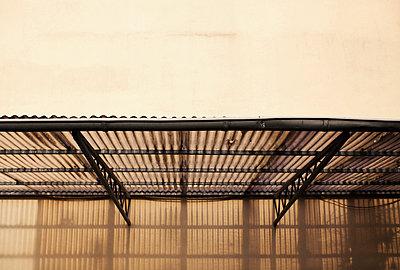 Stellplatz mit Dach aus Wellblech - p586m901857 von Kniel Synnatzschke