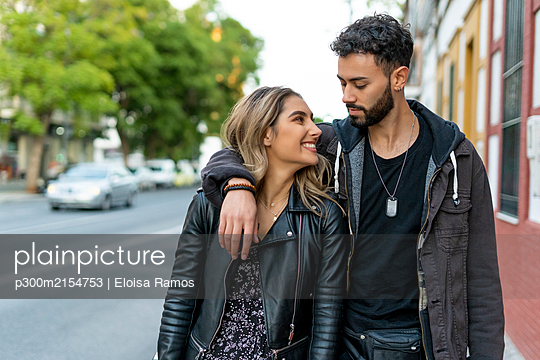 Young couple in love in the city - p300m2154753 by Eloisa Ramos