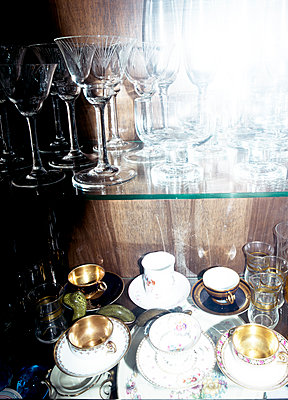 Tea cups and glasses inside a vitrine - p1279m1525423 by Ulrike Piringer